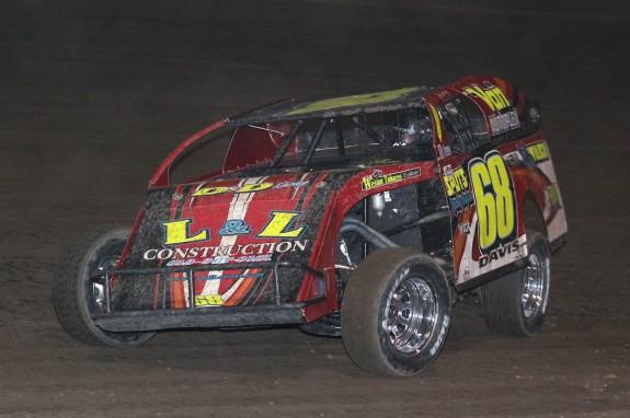 Kerry Davis rockets to the win on night #1. Reed Bros. Racing Photos